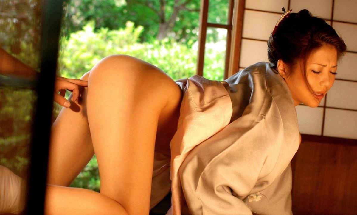 【愛撫エロ画像】中は見えないから指頼みw膣内を指でまさぐり中(;´∀`)