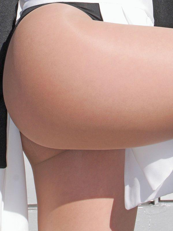 【コスプレエロ画像】成り切るためならハミ尻も隠さないコスプレイヤー!(;・∀・)