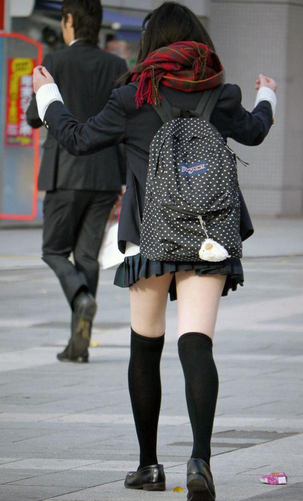 【美脚エロ画像】履いてる部分は蒸れてそう…街角ニーソ美脚撮り!(;´∀`)