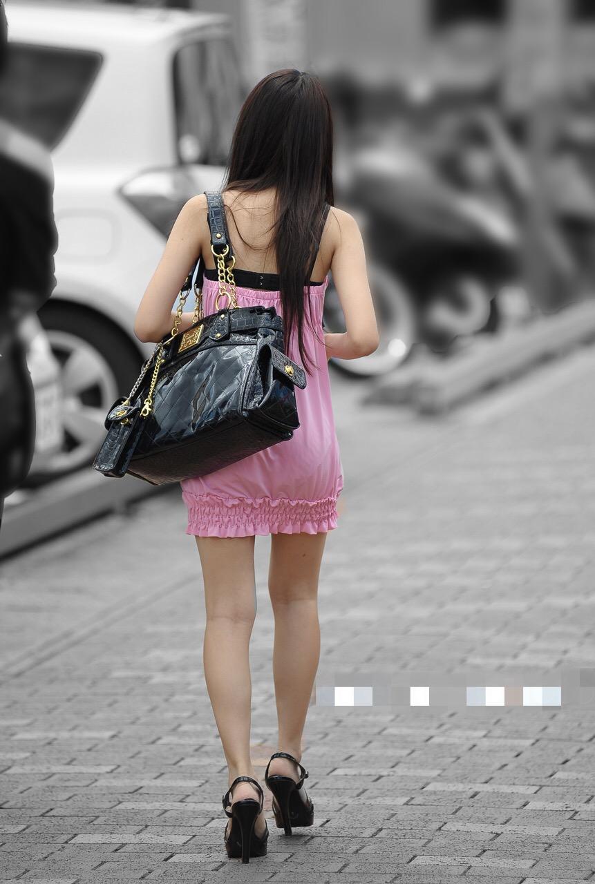 【街撮りエロ画像】背中の出し方がたまんない!露出過度なギャル追跡(;´Д`)