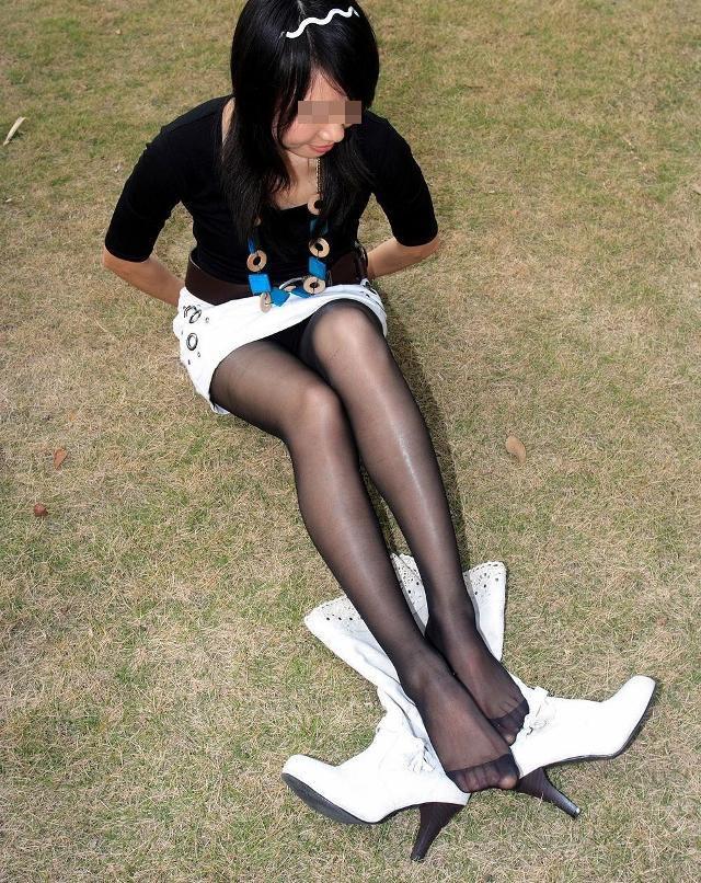 【パンチラエロ画像】見放題な座りチラならば前方から遠慮なく(;´∀`)