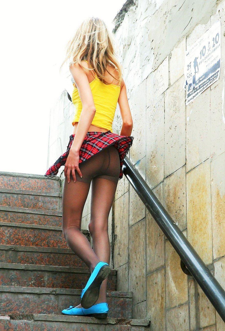 【パンチラエロ画像】風のイタズラも華麗に流す外人さんの風チラ(;^ω^)