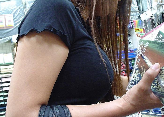 【着胸エロ画像】顔を埋めて昼寝してみたくなる街の着衣巨乳!(;´Д`)