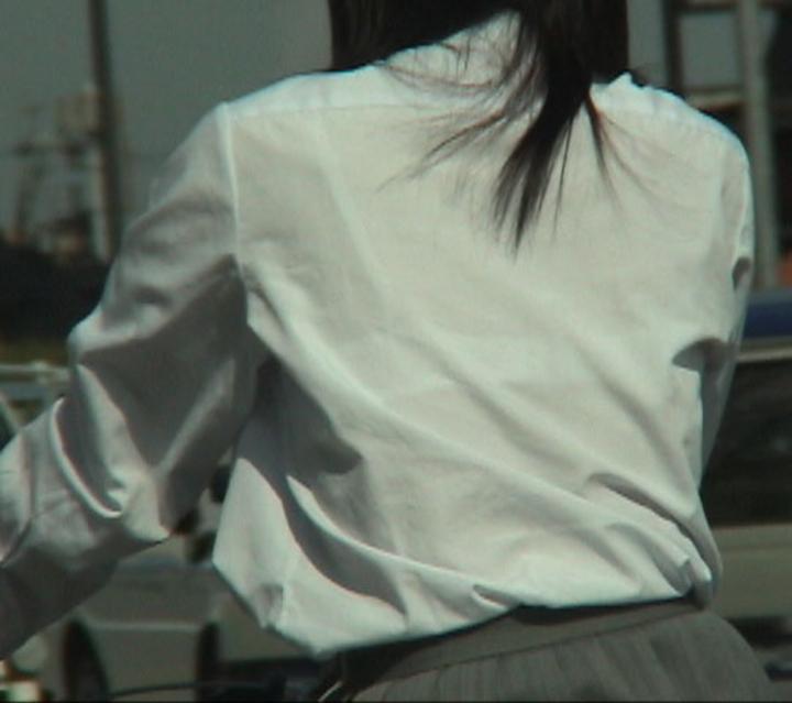 【透けブラエロ画像】夏服つったらやはり…ホックが気になる透けブラ女子(;´∀`)