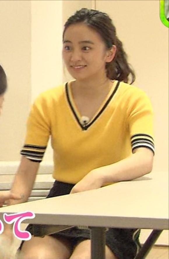 岡田結実(18)が演技に夢中でパンツ見えそうになる