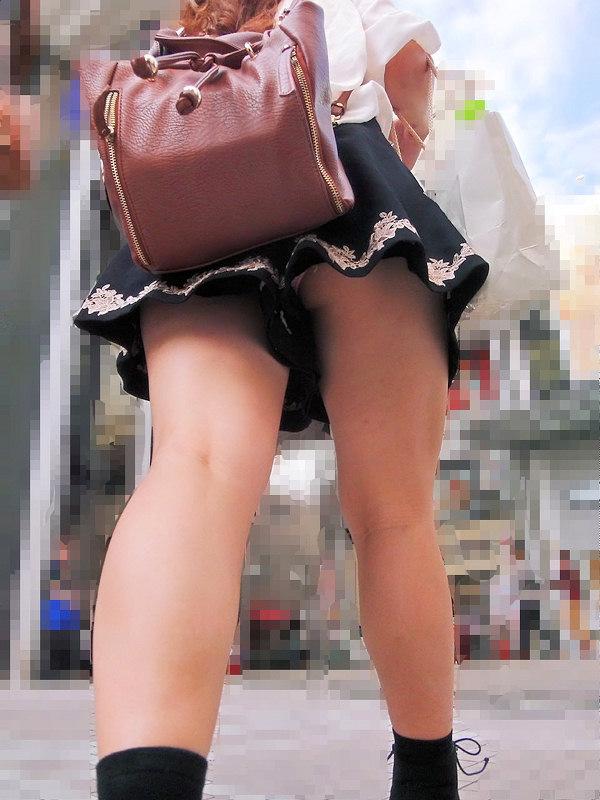 【パンチラエロ画像】階段は頼りになり過ぎなローアングルパンチラ!(;´∀`)