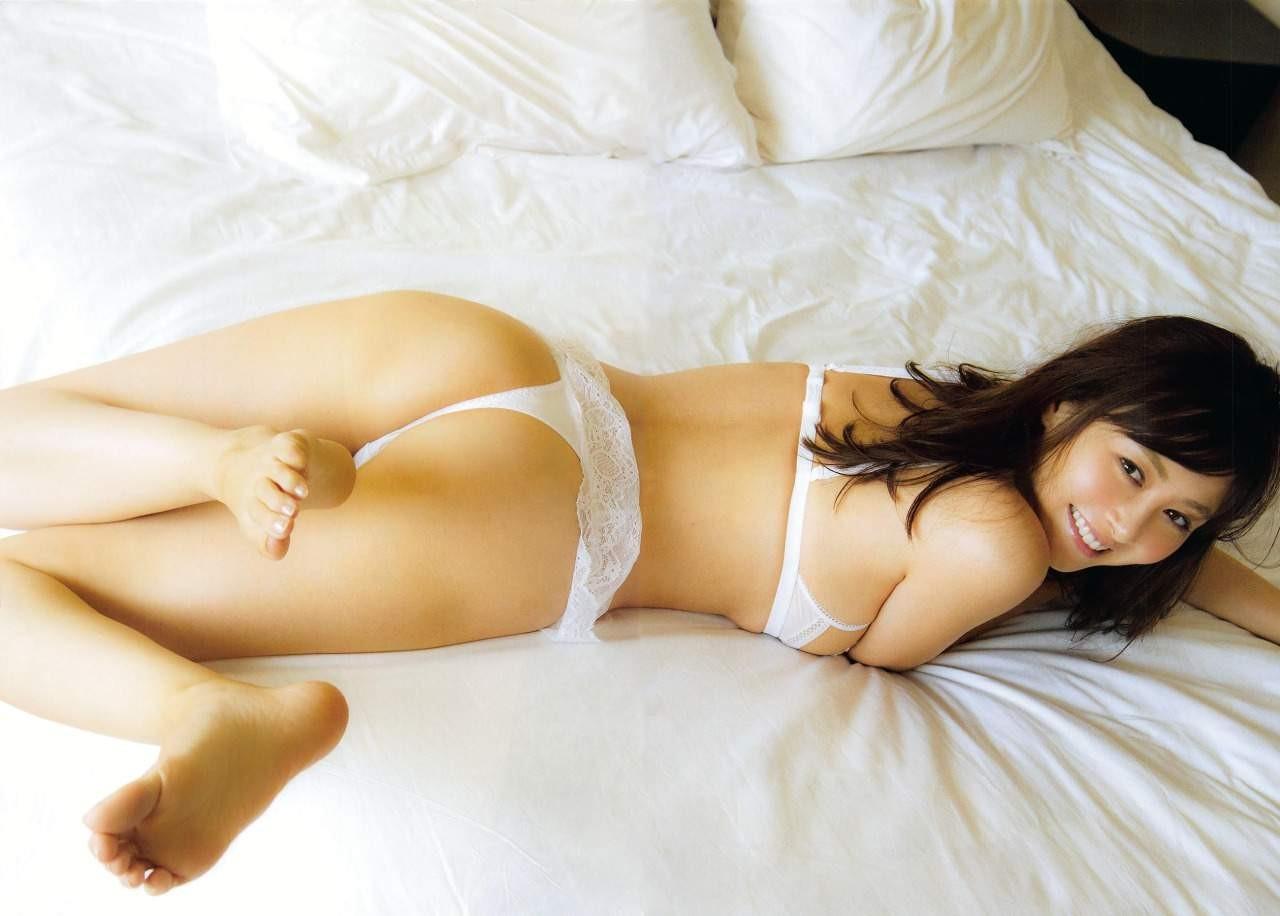 【美尻エロ画像】もっと食い込ませた姿も見たい!Tバック履いた美尻(;^ω^)