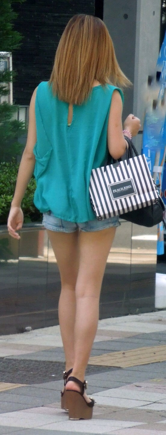 【美脚エロ画像】もう太ももしか見えない…街角ショーパン女子撮り!(;´Д`)