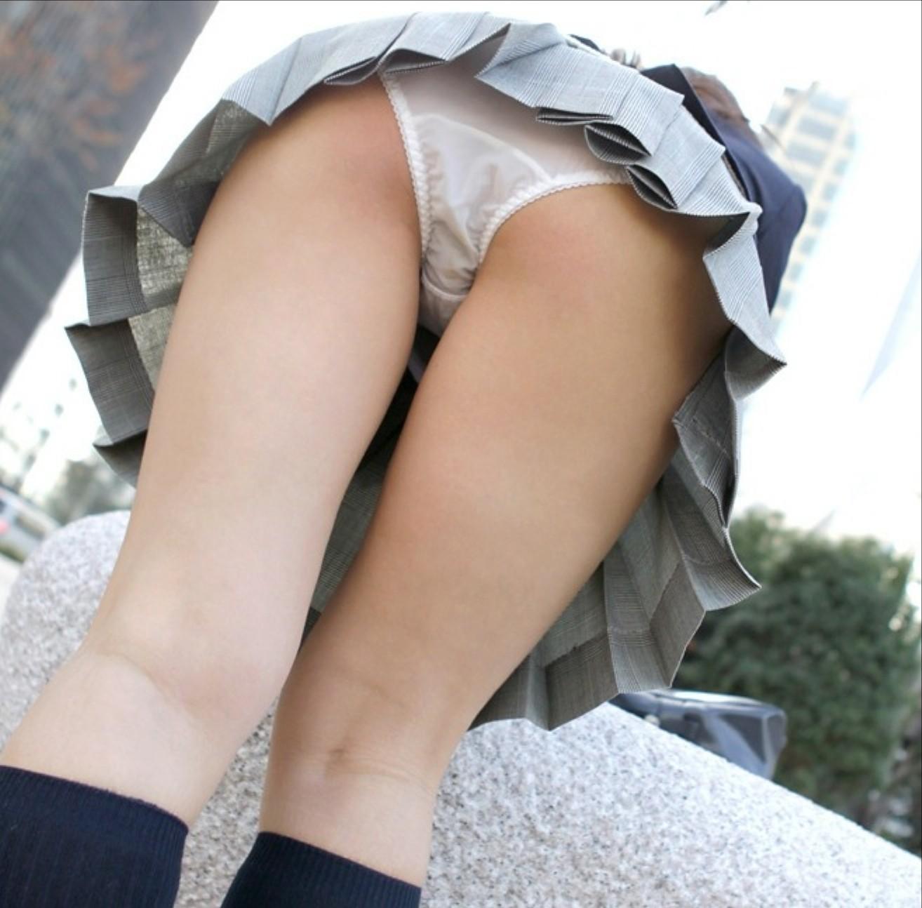 【パンチラエロ画像】制服のミニから見えた背徳感漂う綺麗な下着!(;^ω^)