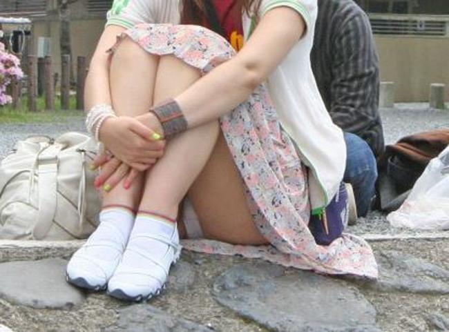 【パンチラエロ画像】休みの日は大勢集まる場所で座りチラ鑑賞(;´∀`)