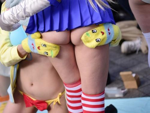 【コスプレエロ画像】公式衣装だったら仕方ないw尻丸出しのTバックレイヤー(;゚Д゚)