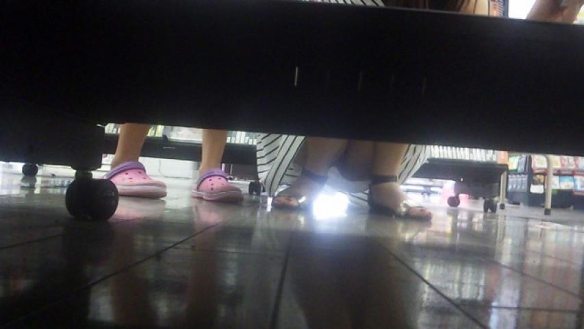 【パンチラエロ画像】夕方~深夜のショップが狙い目な棚下チラ!(`・ω・´)