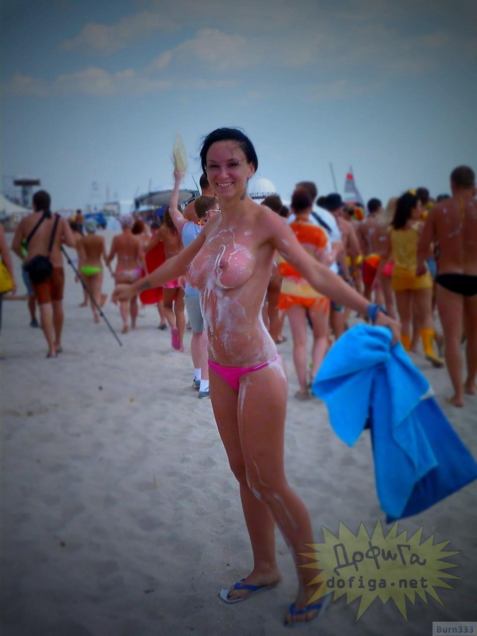 【海外エロ画像】何故か丸出しでも浮いてないビーチのトップレス外人さん!(;´Д`)