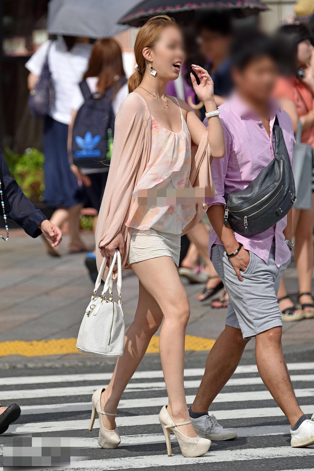 【着胸エロ画像】背中に当てて欲しいw目を引く街の着衣巨乳(;´Д`)