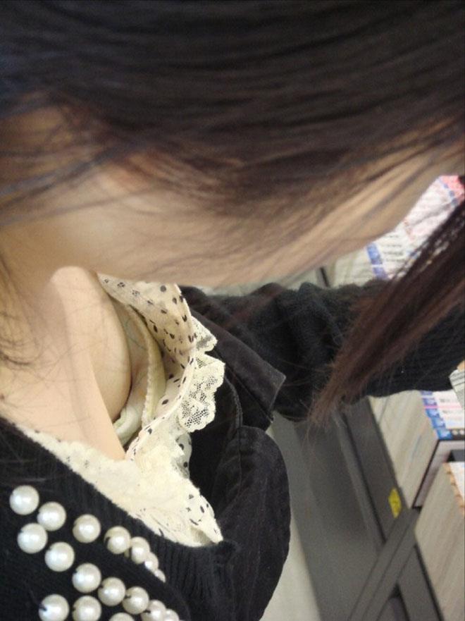 【胸チラエロ画像】露になった胸元!これは見えすぎじゃ……っていう胸チラ画像!