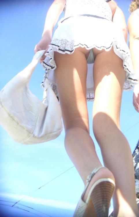 【パンチラエロ画像】見られる覚悟があるから履いてるミニスカ女子たちのお約束チラ(;´∀`)