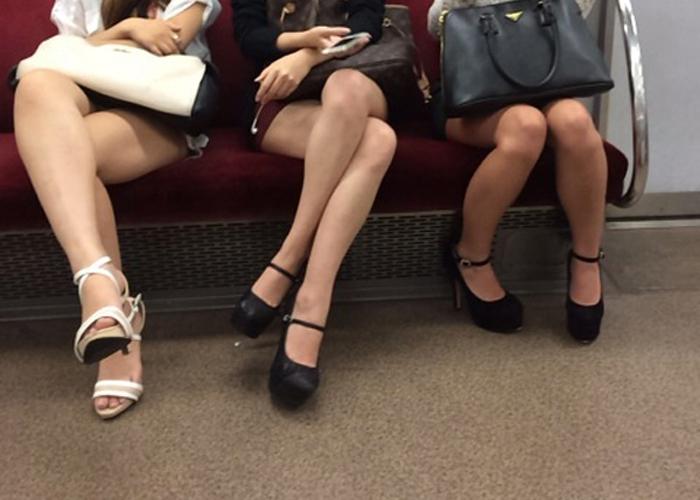 【美脚エロ画像】座席を見渡せば美脚!太ももが退屈させない電車移動(;´∀`) 表紙