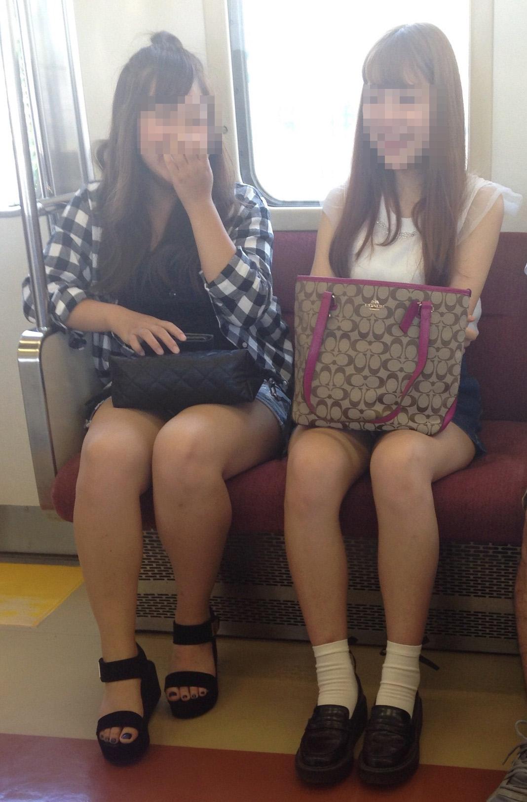 【美脚エロ画像】座席を見渡せば美脚!太ももが退屈させない電車移動(;´∀`)