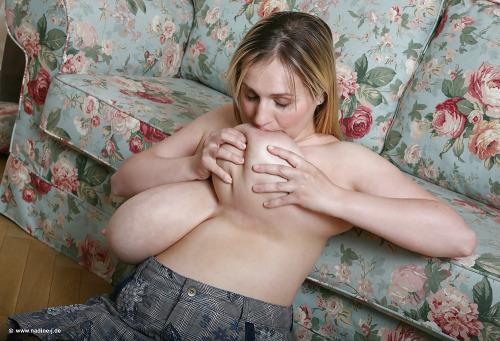 【爆乳エロ画像】デカ過ぎるから可能なかくし芸!自分の乳首をセルフ舐め(;・∀・)