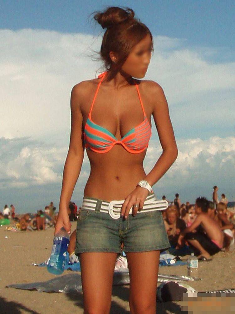【水着エロ画像】揉んでくれる人を探しに来たかもしれないビーチのビキニ巨乳!(;´∀`)