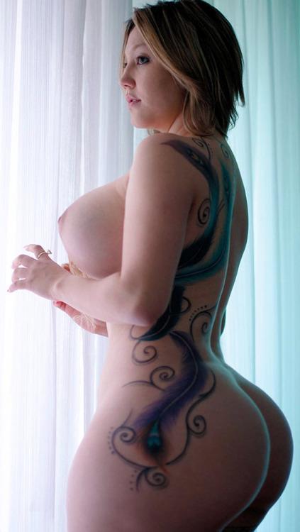 【尻エロ画像】重そうだ…それも嬉しい重みな海外産のでっかい女尻(;´Д`)