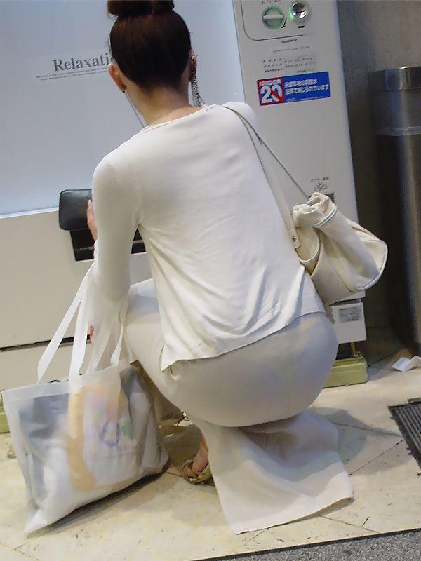 【下着透けエロ画像】ただの着尻ではない!下着が浮き出た街の尻(;^ω^)