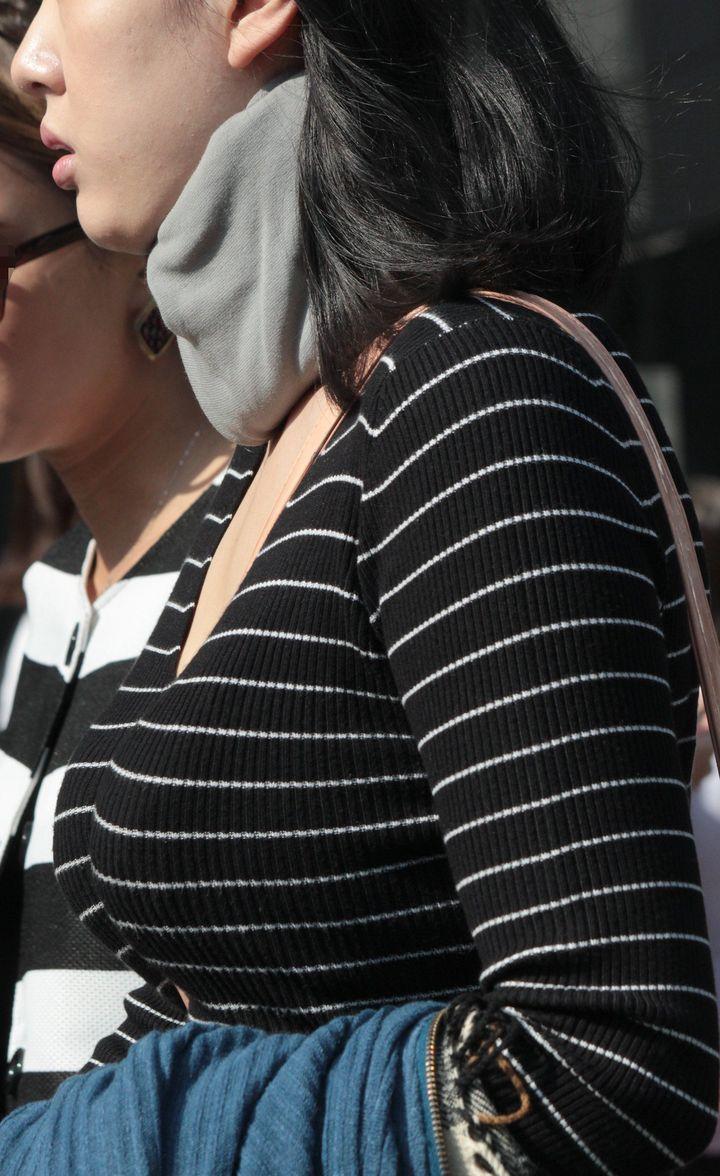 【着胸エロ画像】尋常ではない膨らみと揺れが目を引く街角着衣おっぱい!(;・∀・)