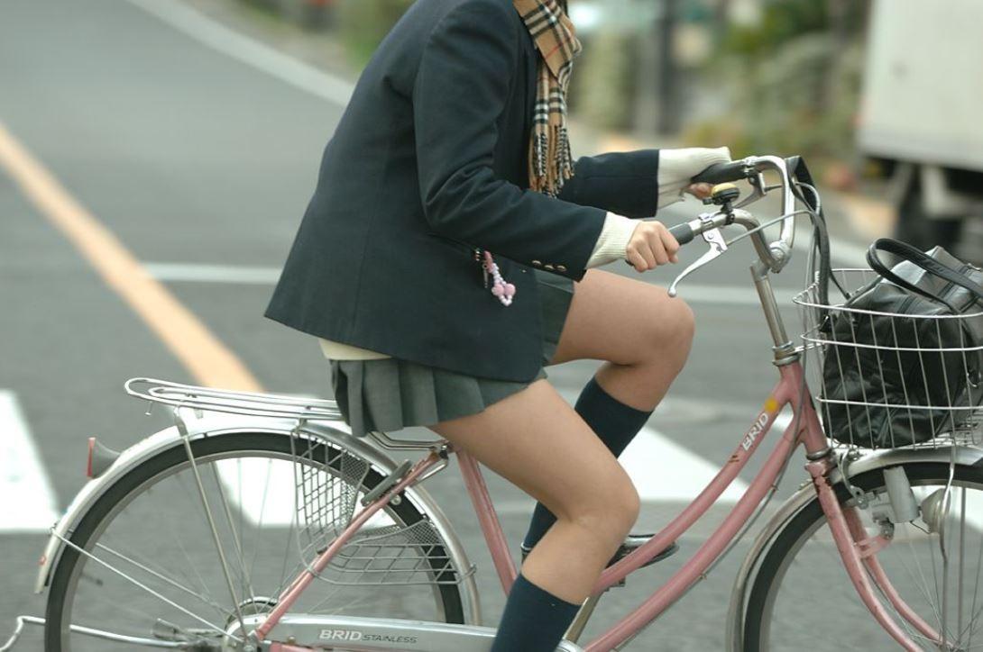 【美脚エロ画像】サドルに座ってムッチムチなチャリ乗り女子達の脚!(;゚д゚)