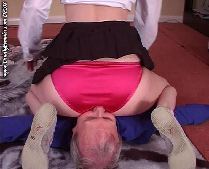 【顔騎エロ画像】パンツ越しだと匂いが強い履いたままの顔面騎乗(;゚Д゚)