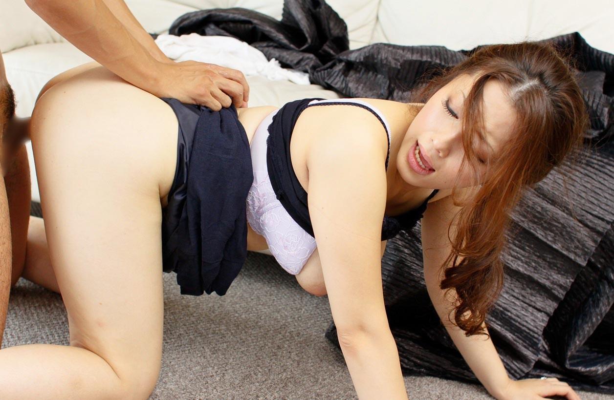 【性交エロ画像】後ろからだなんて…だがよく届く後背位セックス!(;´Д`)