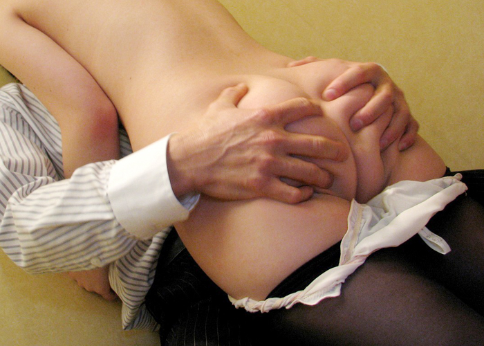 【美尻エロ画像】乳に負けない触り心地な女の美尻をモミモミする!(;´Д`)