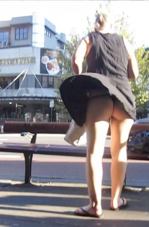 【パンチラエロ画像】ヒラヒラミニは捲れるまで待って風チラゲット!(;^ω^)