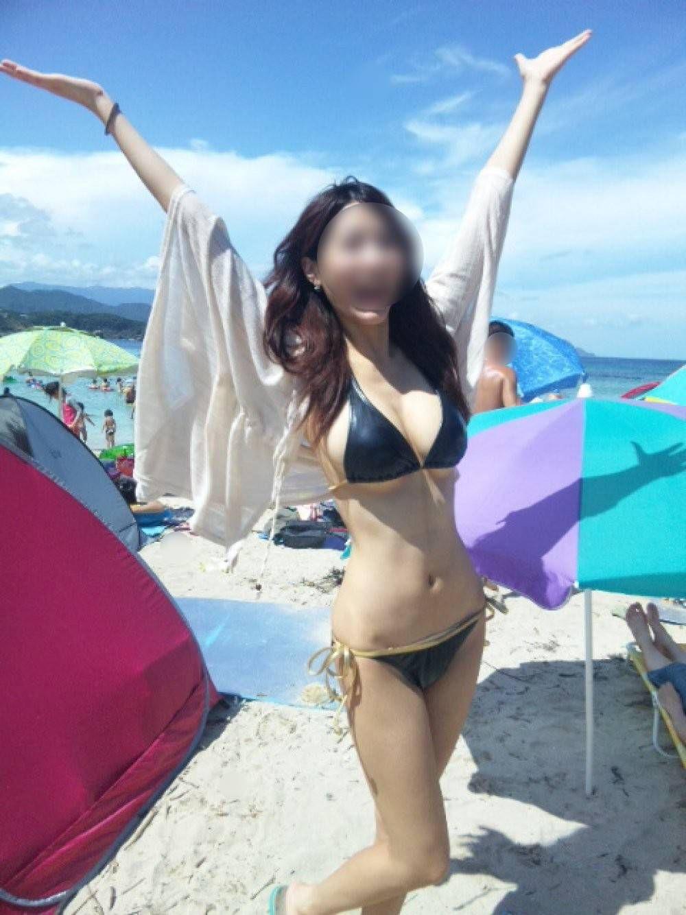 【水着エロ画像】イイ発育っぷりをビーチで見せるビキニ巨乳ギャル!(;´Д`)