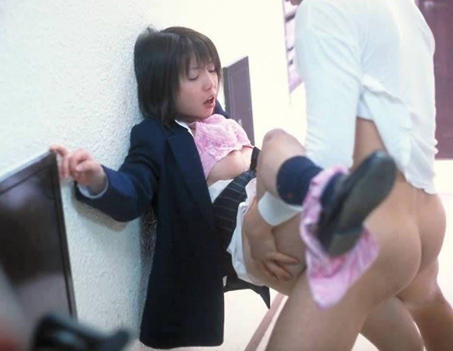 【性交エロ画像】汚しちゃ駄目よwヤリ急ぐ人達用の着衣セックス(;´∀`)