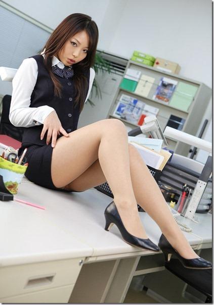 【美脚エロ画像】タイトから伸びたムッチリが…働く女の美脚に接近!(;´∀`)