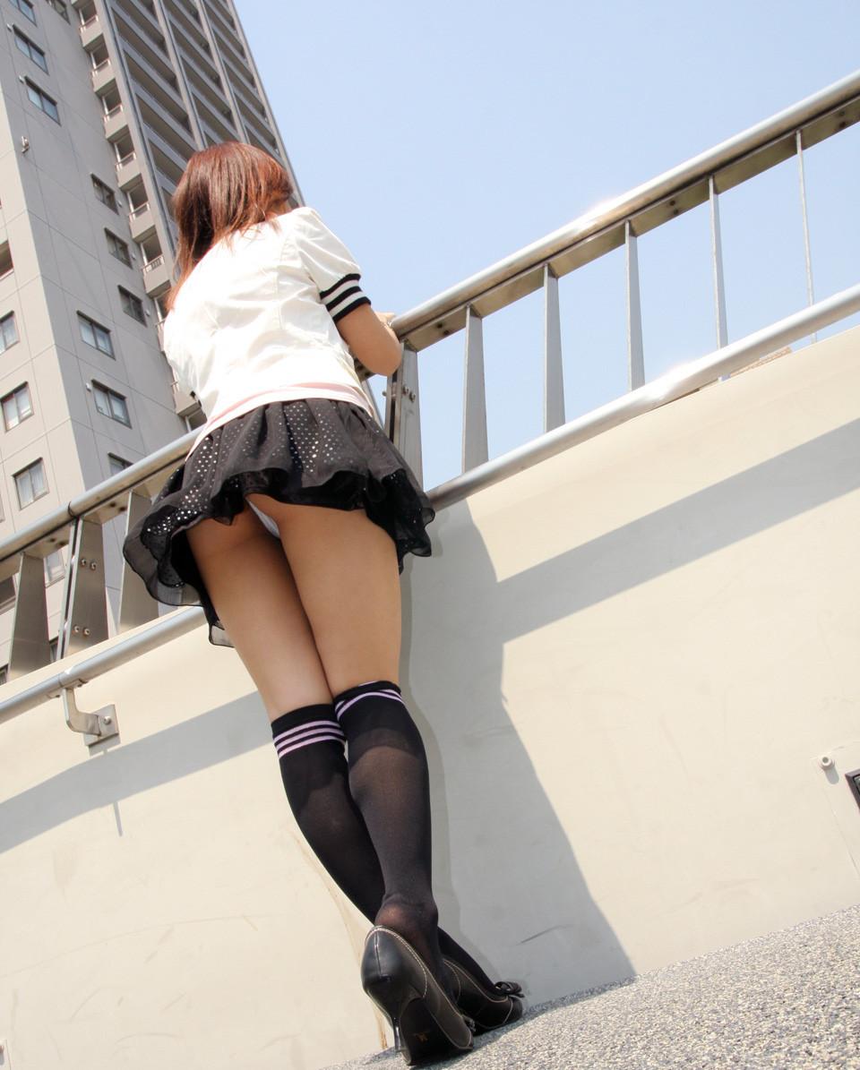 【パンチラエロ画像】下着よりも尻肉の方が気になるパターンのパンチラ!(;^ω^)