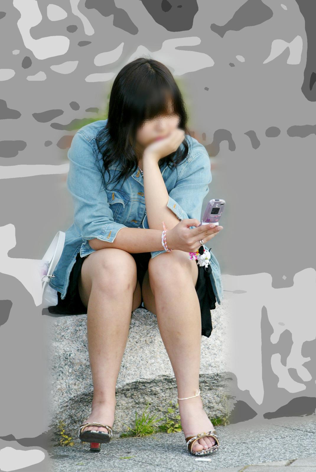【パンチラエロ画像】梅雨が来る前にチェック済ませたい座りチラ(;´∀`)