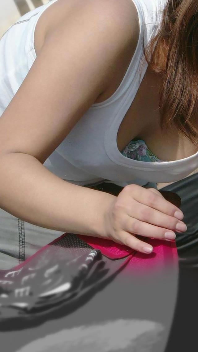【胸チラエロ画像】薄着のお約束w先っちょも見せて欲しい胸チラ淑女たち(;^ω^)