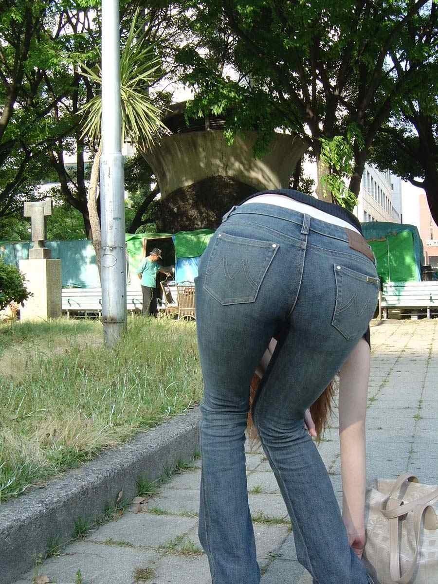 【着尻エロ画像】ボトム越しでもイヤらしさがたまらない着衣の巨尻!(;゚Д゚)