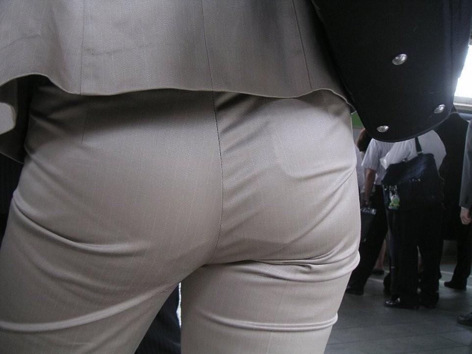 【着尻エロ画像】働く女の性欲が隠されたパンツスーツ姿!(;^ω^)