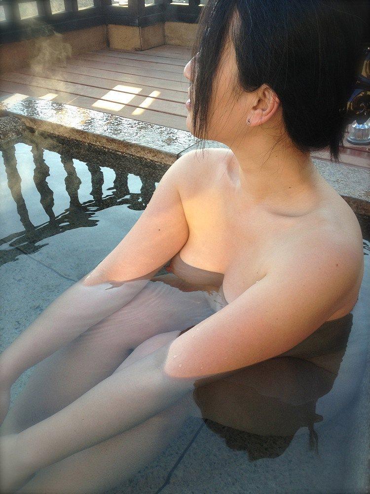 【温泉エロ画像】カメラのせいで露出行為扱いな露天風呂の淑女たち(゚A゚;)