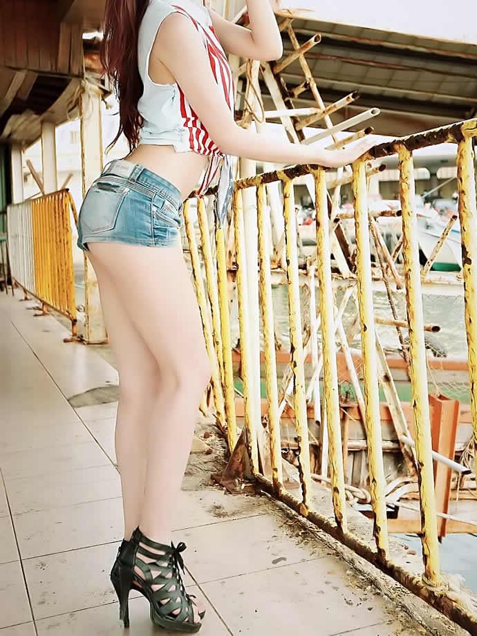 【美脚エロ画像】夏の風物詩といったら太ももから足下まで生な美脚!(;´Д`)
