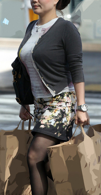【着胸エロ画像】なんと見事な乳袋…とひっそり称賛される街角の着衣おっぱい(;´∀`)