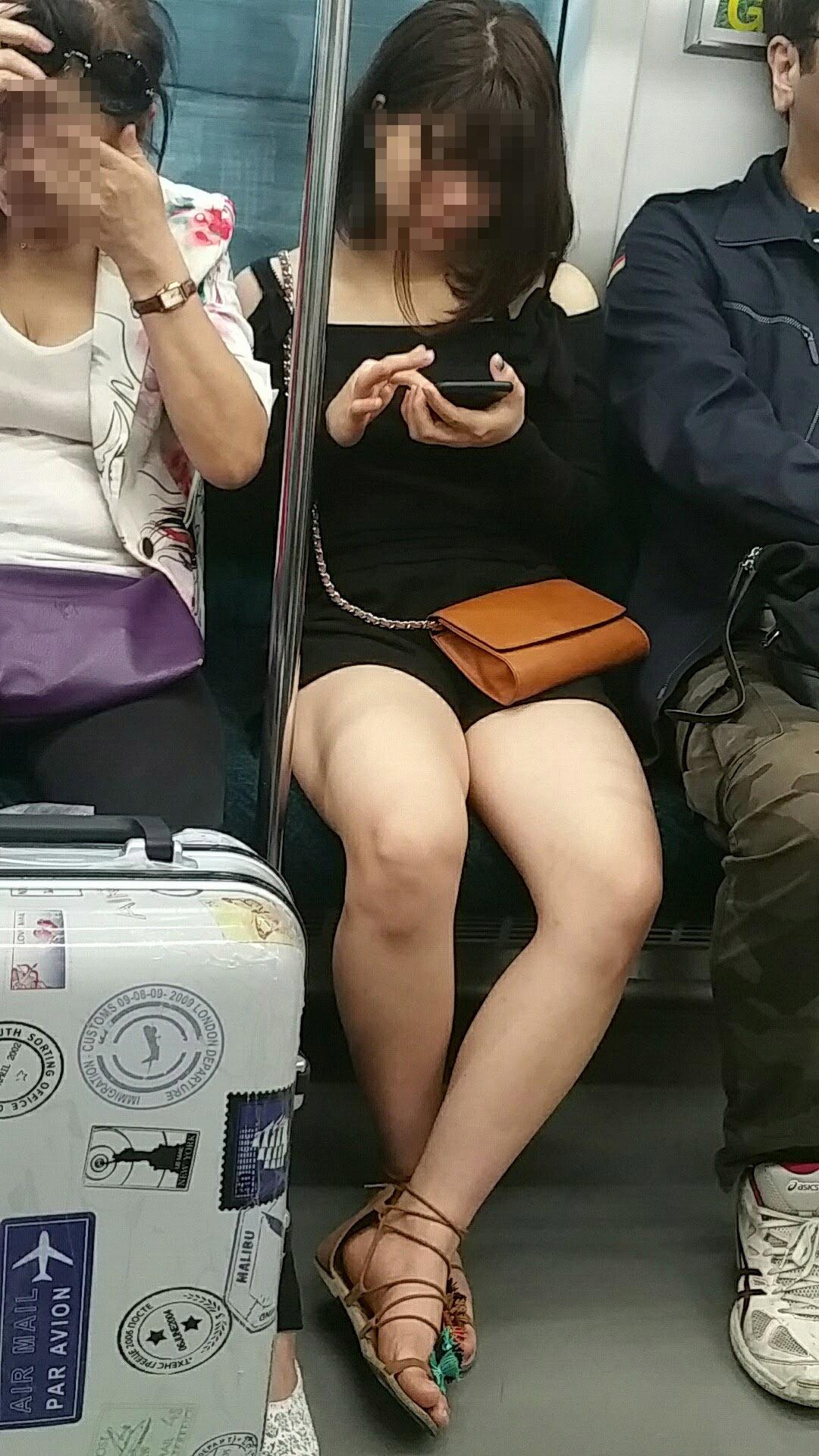 【美脚エロ画像】電車に乗って見知らぬ誰かのムッチリ美脚を無差別撮り!(;´∀`)