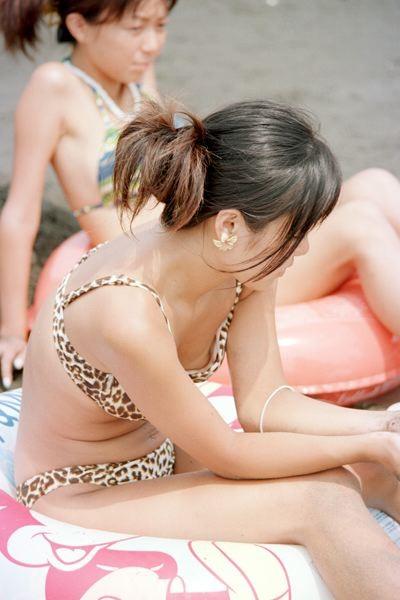 【水着エロ画像】遊んでいる最中のハプニング!待ってましたのビキニポロリの瞬間(;゚Д゚)
