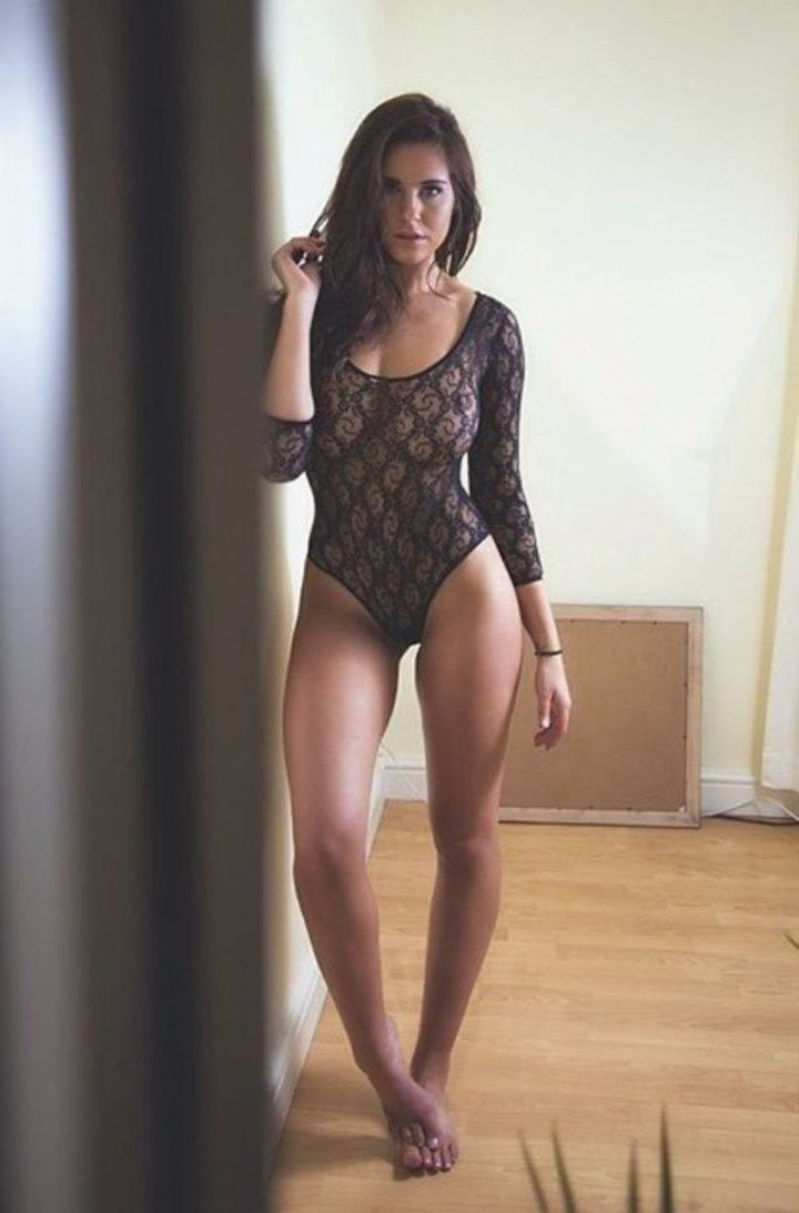 【網タイツエロ画像】隠せてないのに網タイツ生地の下着を着た海外美女!(;゚Д゚)