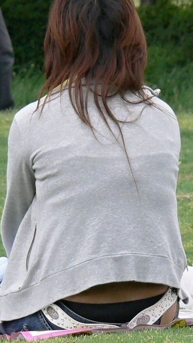 【ローライズエロ画像】腰からパンツがハミ出ているのはわざとなローライズ女子!