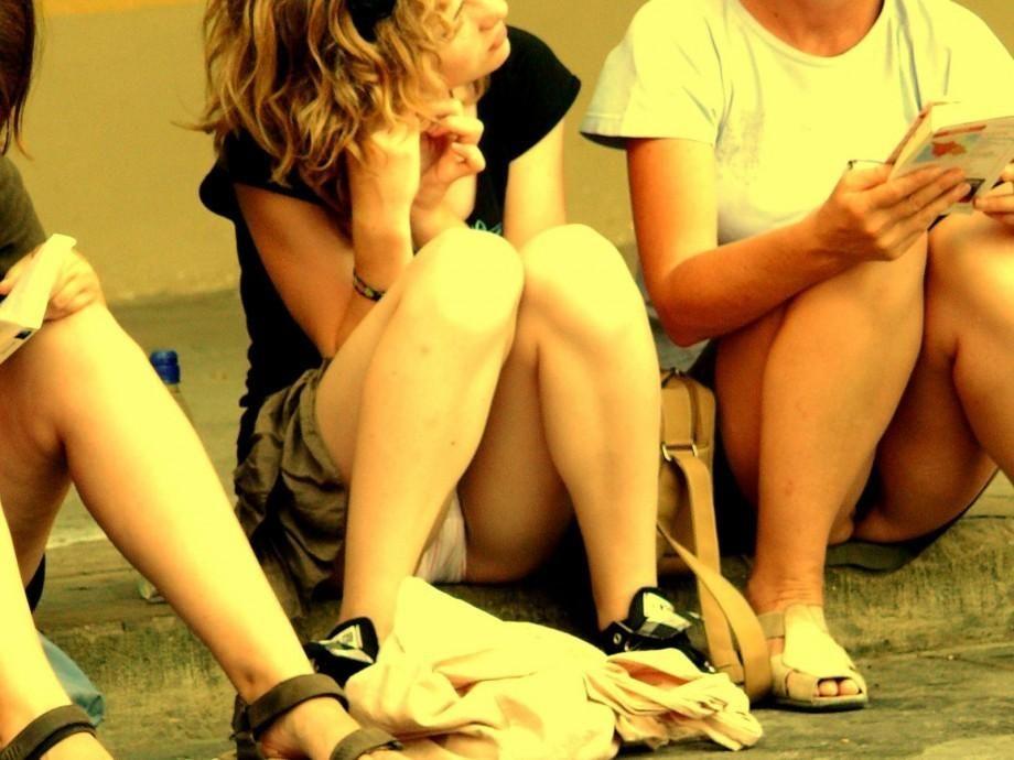 【パンチラエロ画像】雨が降ってない隙に見ておきたい屋外座りチラ!(;^ω^)