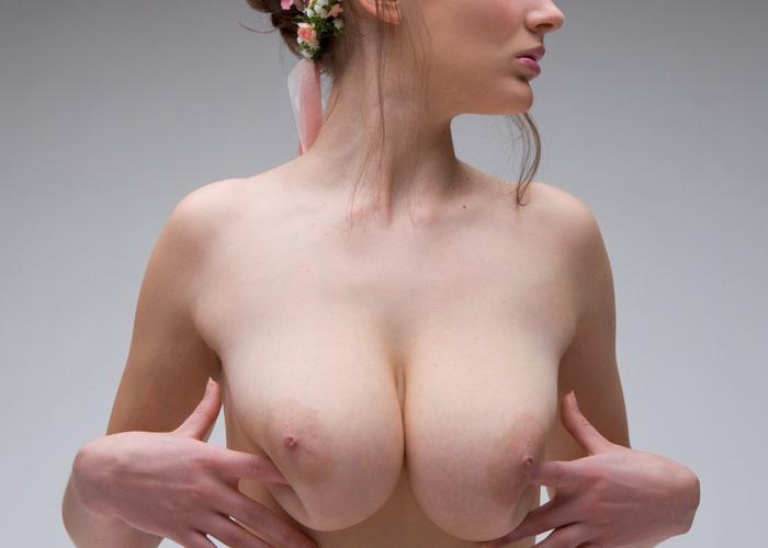 【乳頭エロ画像】一生真っ黒にはならない?海外美女たちの薄桃色ニップル(;´Д`)