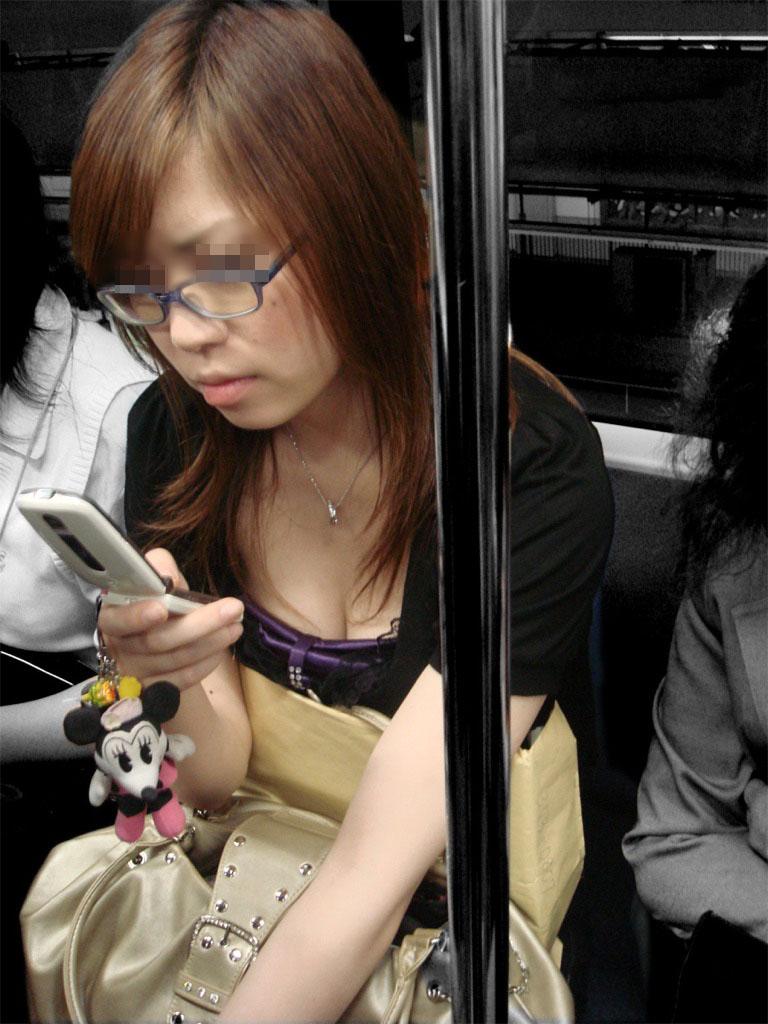 【胸チラエロ画像】電車で着胸の谷間が見たければ立ち乗りが基本(;^ω^)